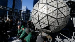 Workers prepare to install the last panels on the New Year's Eve ball above Times Square, New York, Wednesday, Dec. 27, 2017.  (AP)