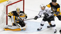 Pittsburgh Penguins goaltender Matt Murray (30) gloves a shot that Los Angeles Kings' Dustin Brown (23) can't get his stick on to deflect with Jamie Oleksiak (6) defending during the first period of an NHL hockey game in Pittsburgh, Thursday, Feb. 15, 2018. (AP)