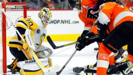 Pittsburgh Penguins goalie Matthew Murray stops a shot as Philadelphia Flyers' Wayne Simmonds (center) and Nolan Patrick, look for a rebound during the second period in Game 4 of an NHL first-round hockey playoff series Wednesday, April 18, 2018, in Philadelphia. (AP)