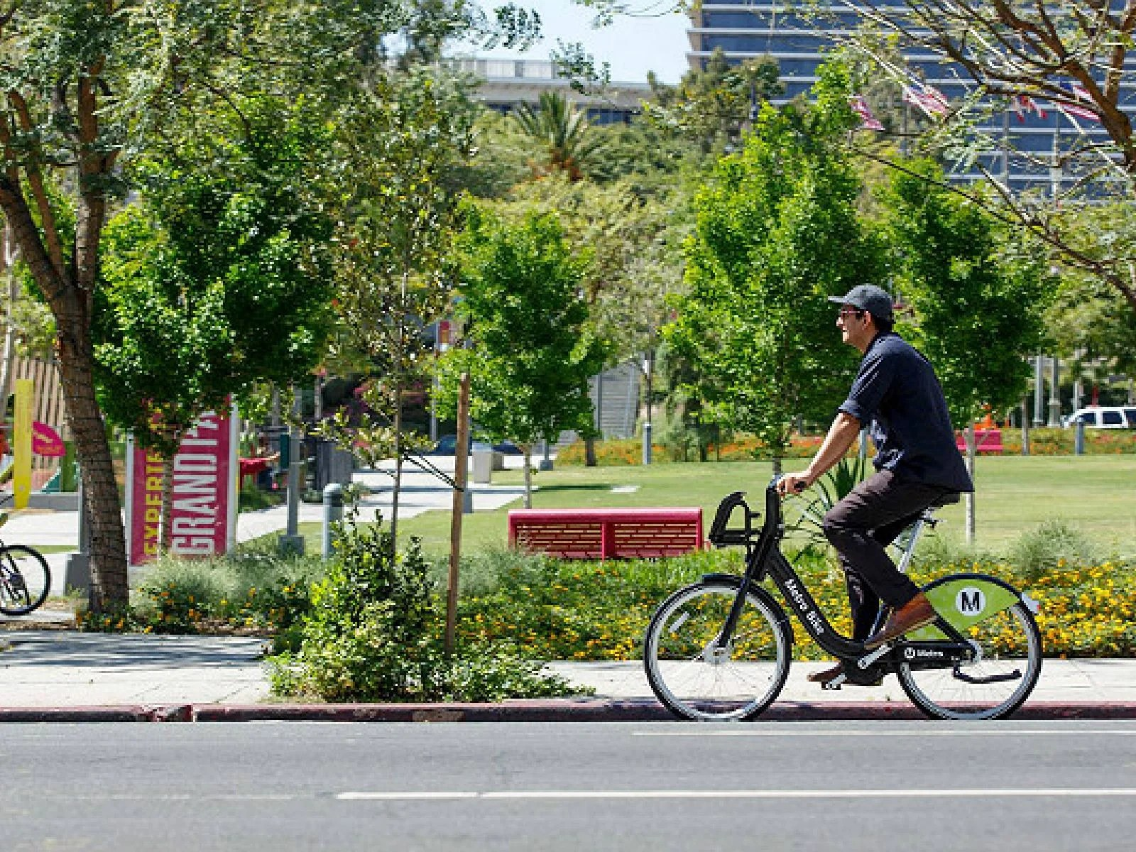 Arte Johnson On Bike Descubre Los Ángeles En Bicicleta Metro Bike Share En El Centro