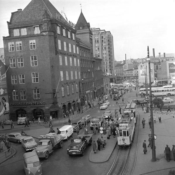 Serie Fotgjengeroverganger Og Trafikk På Jernbanetorget I Oslo Fotografert September 1958