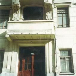 Вход в первый подъезд, который ведет в бывшую владельческую квартиру