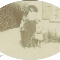 Мария Николаевна Кислякова с дочерью Еленой и сыном Николаем. Около 1909 года