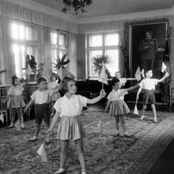 В одной из комнат детского сада № 520 фабрики «Дукат». Фотограф С. Преображенский. 15 января 1951 год.  ЦГА Москвы.  ОХАД. А-0-18722