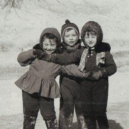 Каток на Патриарших прудах. Справа Любовь Чурилина. Слева в юбке ее подруга детства жительница квартиры № 30 Ольга Беккерман. 1960 год