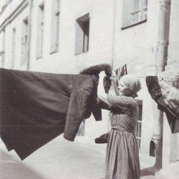 Наталья Никитична Захарова на заднем дворе дома. 1960-е годы