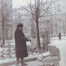 Николай Тимофеевич Захаров гуляет в Министерском сквере с Любовью Чурилиной. 1957 год