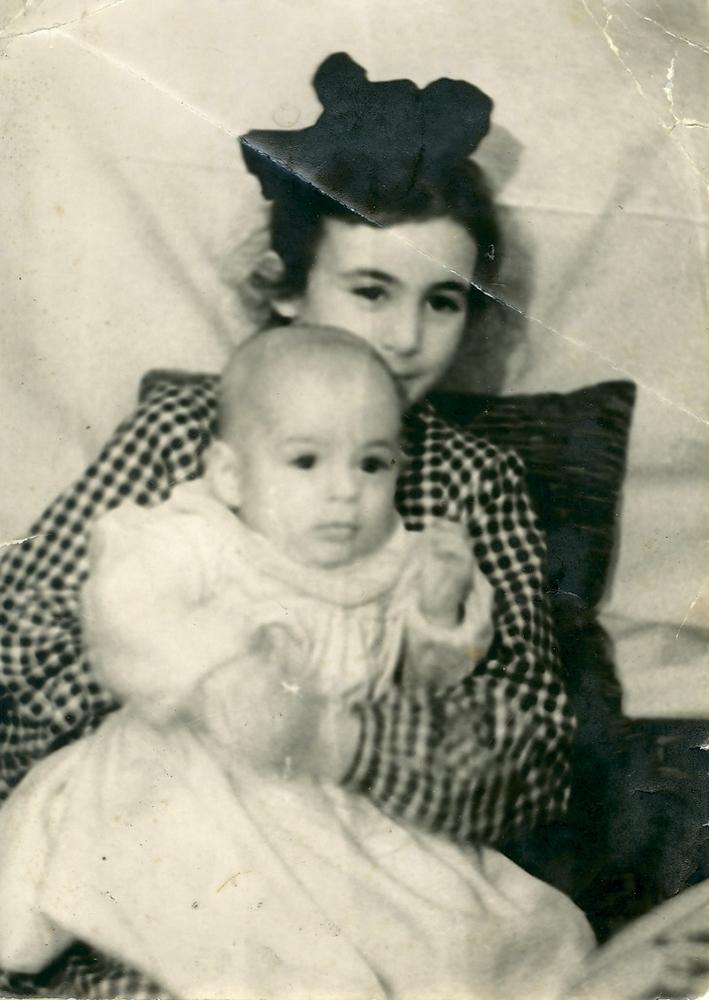 Наталья Михайловна Саркисьянц с двоюродным братом Сергеем Аборкиным. Около 1951 года
