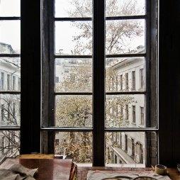 Вид из окна на двор дома