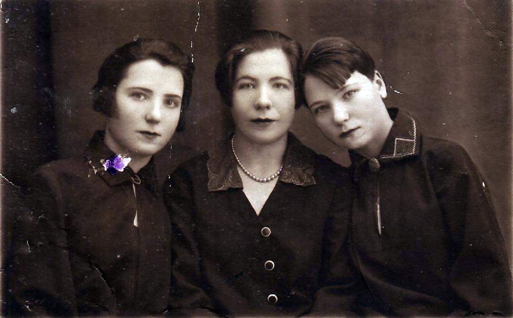 Серафима (1909 г.р.), Александра (1906 г.р.), Маруся (1911 г.р.) Овчинниковы. Начало 1930-х годов