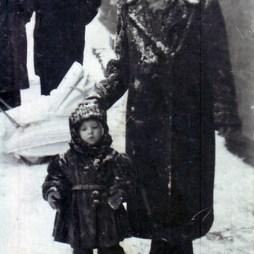 Мария Петровна Жеребцова с внучкой Еленой у дома 10. Одиннадцатое февраля 1955 года
