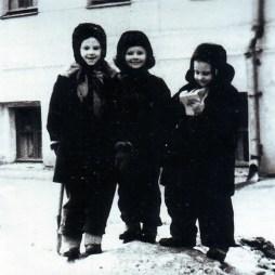 Елена Костылева, Вера Рахмачева из квартиры № 45, Ольга Костылева во дворе дома. Начало 1960-х годов