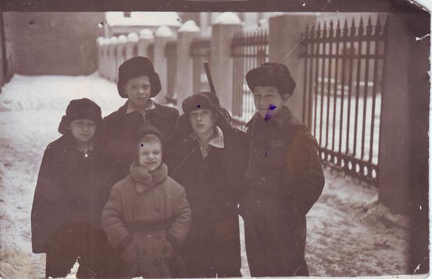 Мария Другова с дворовыми ребятами между домом № 10 и домом № 8. 1952. Из личного архива М.Б. Другово