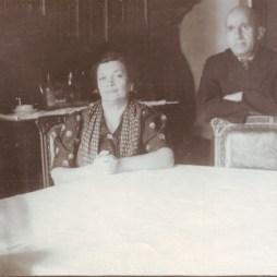 Ефим и Евгения Гордоны в своей комнате в квартире № 12. Начало 1950-х. Из личного архива М.Б. Друговой
