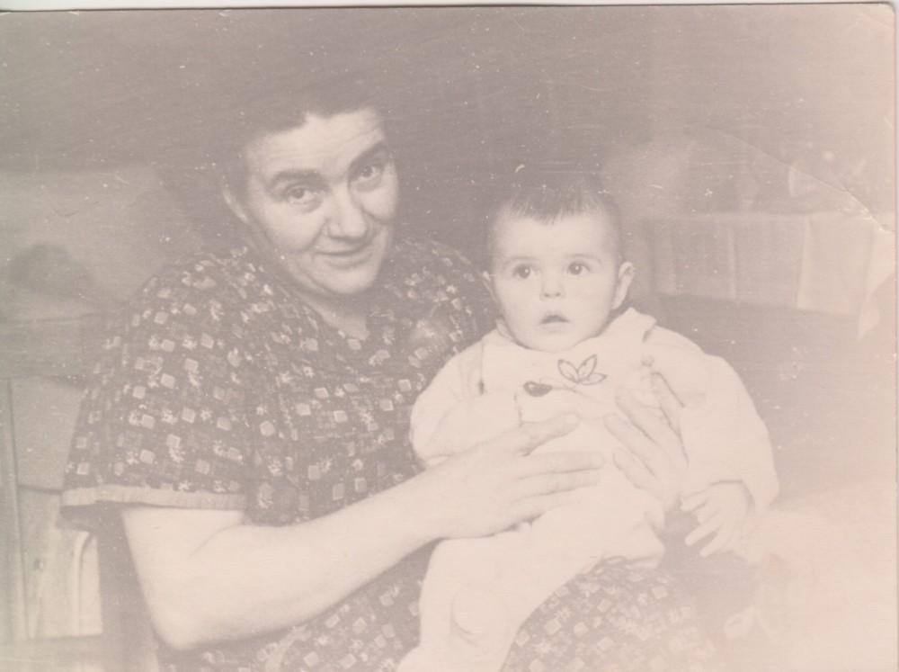 Соседка по коммуналке Елизавета Романовна Володина с Еленой Исаевой. 1958 год