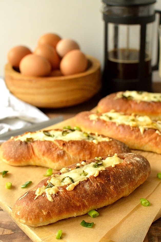 Garlic mushroom and manchego baked egg bread boats - Domestic Gothess