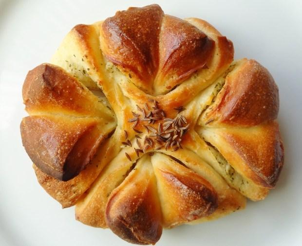 garlic butter clover bread roll