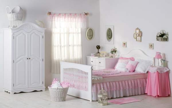 Pretty-white-and-pink-curtain-for-childrens-bedroom