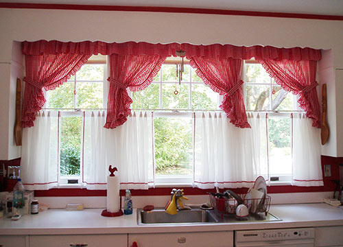 vintage-red-and-white-kitchen-curtains