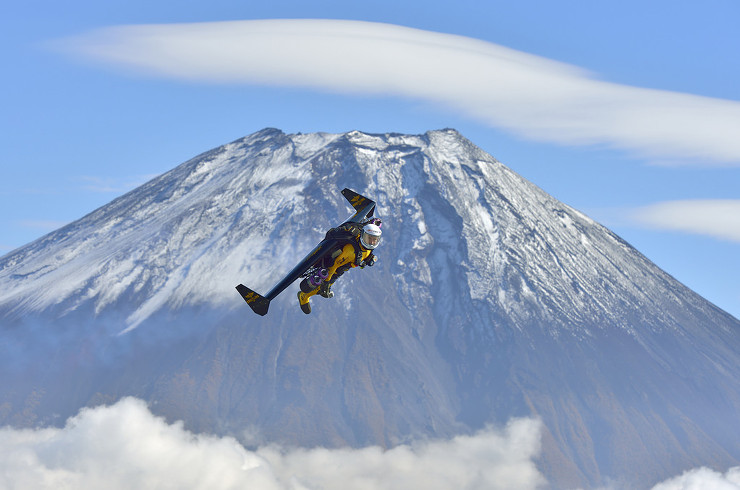 "Swiss daredevil Yves ""Jetman"" Rossy conquers Mount Fuji"