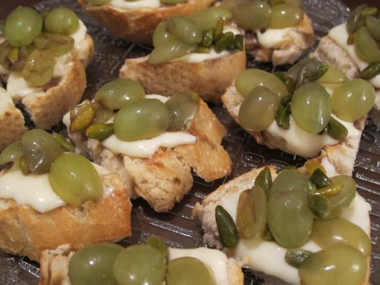 bruschetta de uva com queijo de cabra