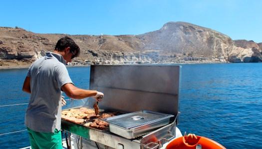 Passeio de barco em Santorini