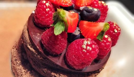 Bolo denso de chocolate com frutas vermelhas – sobremesa para o natal