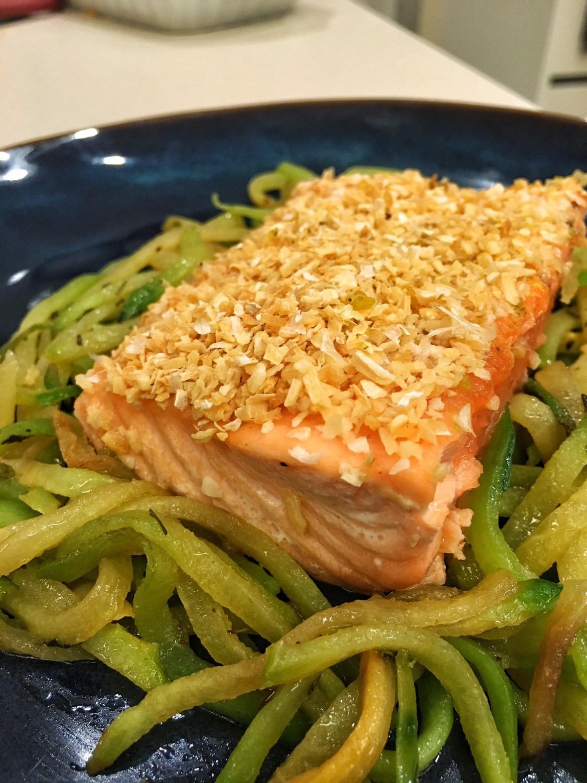 salmão com cebola desidratada