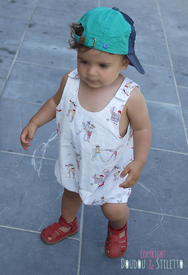 Barboteuse faite maison, chaussures Pom d'Api, casquette Catimini