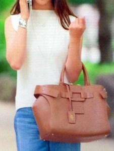 ブラウンのハンドバッグ