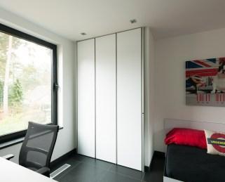 Moderne witte inbouwkasten slaapkamer