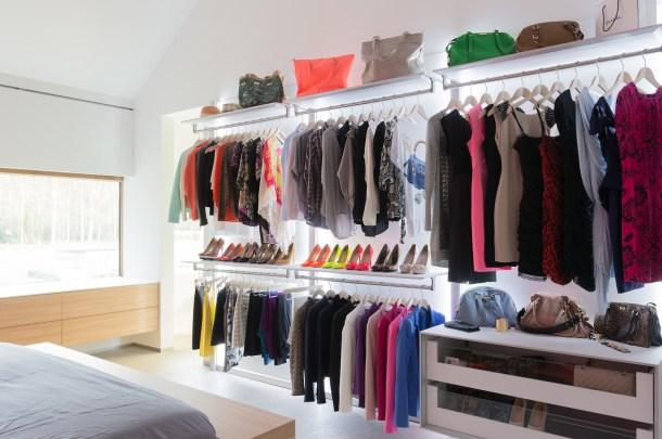 Moderne open garderobekast in slaapkamer
