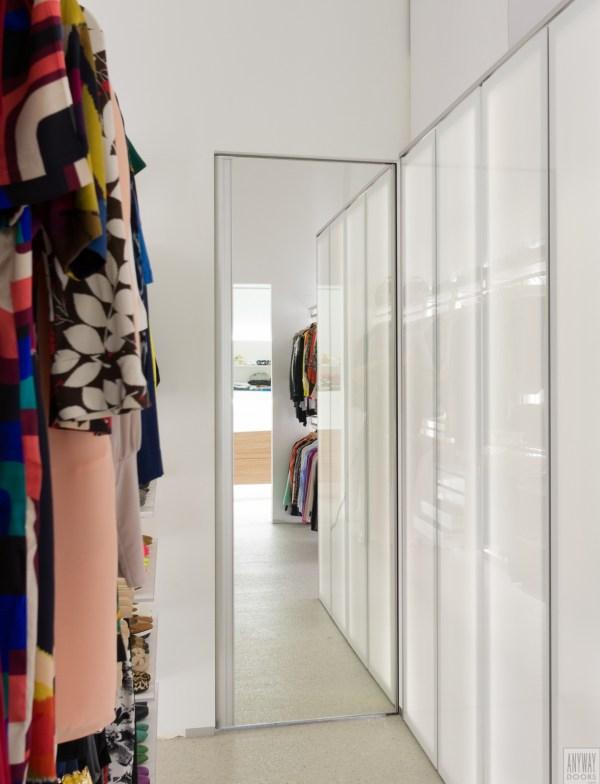 Moderne binnendeur met spiegel en ingebouwde verticale greep.