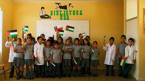 Chilenische Schulkinder in La Calera basteln die Landesfahnen für die syrisch-jordanischen Flüchtlingskinder, um sie willkommen zu heißen. Bild: ARTE France