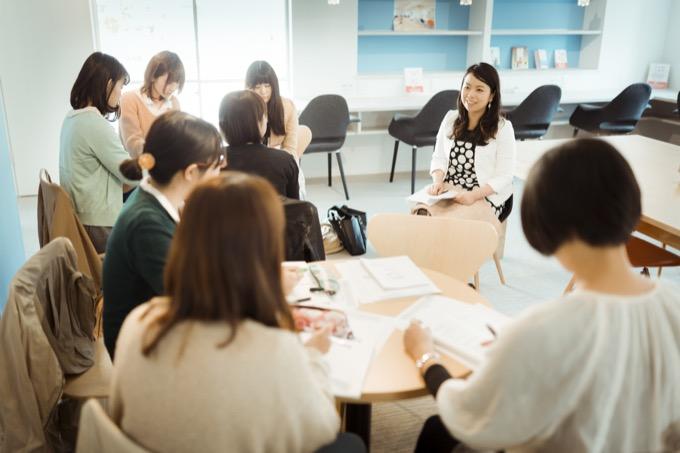 学生向けワーク&ライフ インターン説明会(右奥が堀江さん)