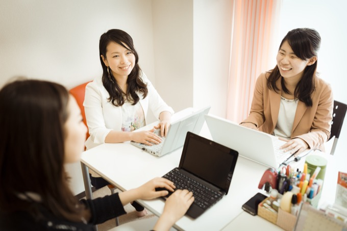 """仕事と育児の両立を学べる""""家庭内インターンシップ""""で起業した堀江さん(中央)と「スリール」スタッフの打ち合わせ"""
