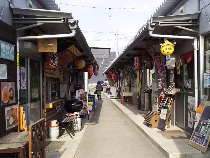 気仙沼市内に10か所ほど存在していた仮設商店街は、昨年から徐々に退去期限を迎えている。港にほど近い「復興屋台村 気仙沼横丁」は今年3月末に役割を終え、入居していた事業者はそれぞれ新しいステージを迎える。