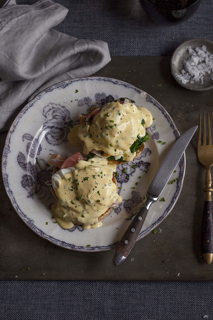 Eggs benedict with spinach and prosciutto