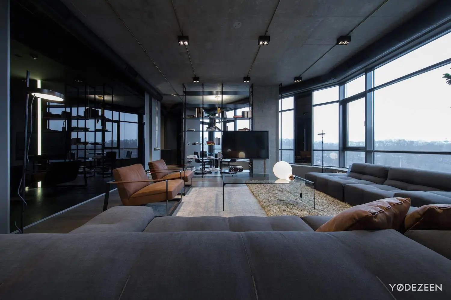 Schlafzimmer Modern Apartment In Concrete, Dark Surfaces And Dramatic Lighting