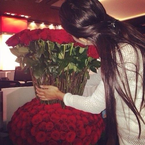 Punjabi Cute Girl Hd Wallpaper Long Hair Girl With Roses Bouguet