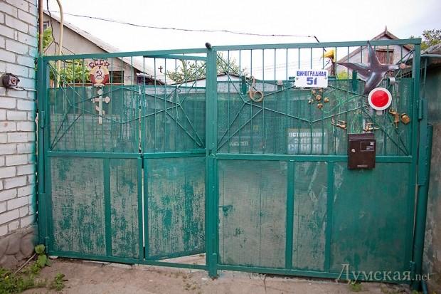 Ворота Каминского - православный крест соседствует с советским гербом