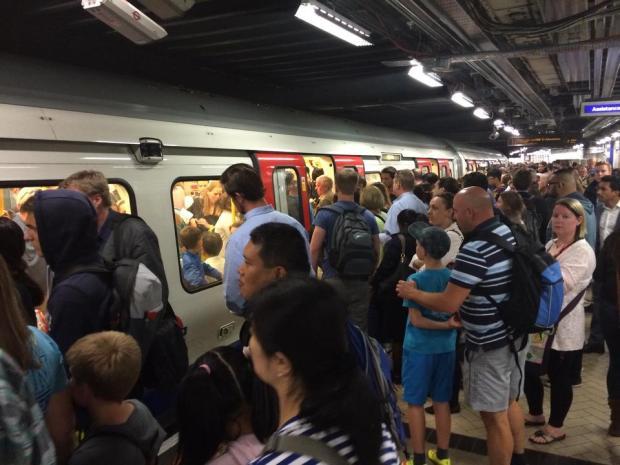 Victoria Station Underground podczas godzin szczytu w Londynie