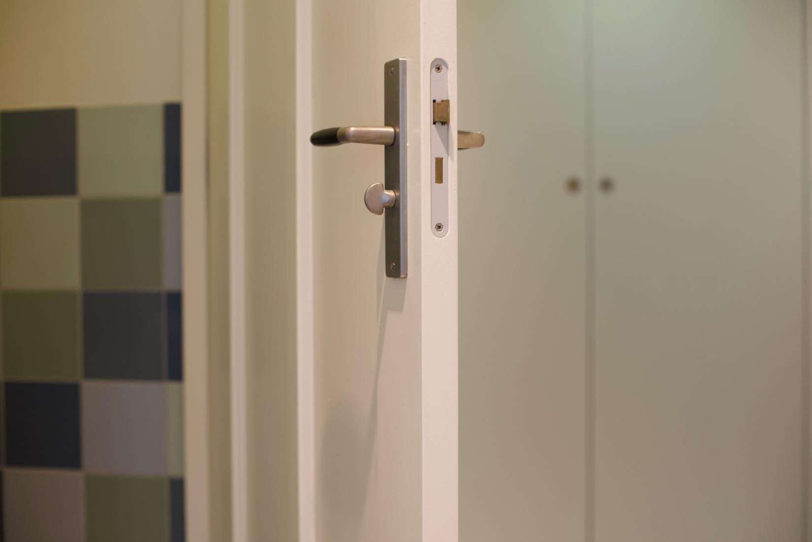 Bruine Voegen Badkamer : Oranje aanslag voegen badkamer rucphense bode by