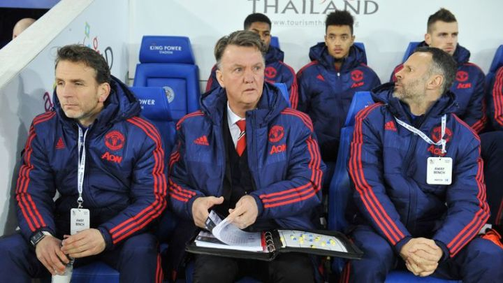 Louis van Gaal and Ryan Giggs on the Manchester United bench at Leicester