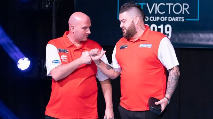 Top seeds England are through to the quarter-finals of the World Cup of Darts