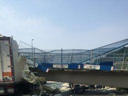 Мост обрушился на автомобили в юго-восточной Англии