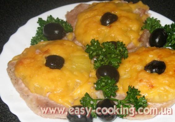 Кулинарный рецепт - свинина с ананасами, запеченная в духовке. Красивое блюдо для праздничного стола
