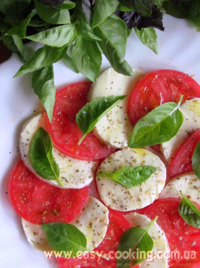 """Рецепт італійського салату """"Капрезе"""" з помідорами, моцареллою та базиліком"""