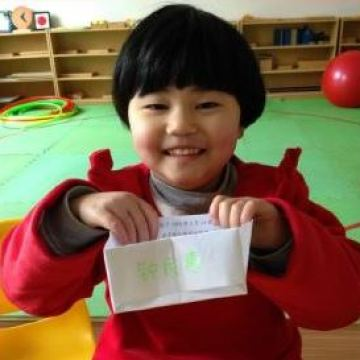 Min-Hui-showing-finished-pic-on-her-name-card