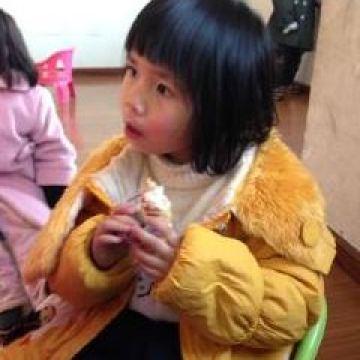 Ning-Yin-enjoying-a-snack-during-class-break